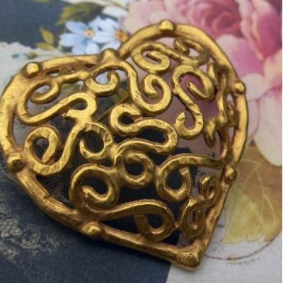 """Broche Bijou en forme de Coeur décoré d'arabesques dorées """"mat"""""""