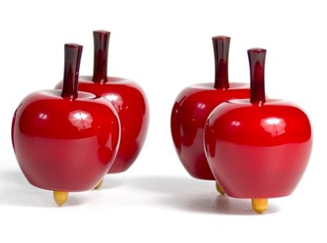 cadeau original pour enfant la toupie en bois pomme. Black Bedroom Furniture Sets. Home Design Ideas
